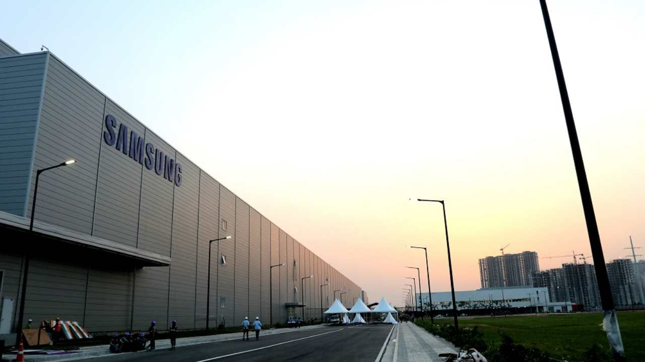 At present, India attributes to 10 percent of the overall production capacity of Samsung. Through this plant, the South Korean conglomerate aims to take it to 50 percent over the next three years. They also expect an increase in smartphone users from 299 million in 2017 to 340 million by the end of the year.