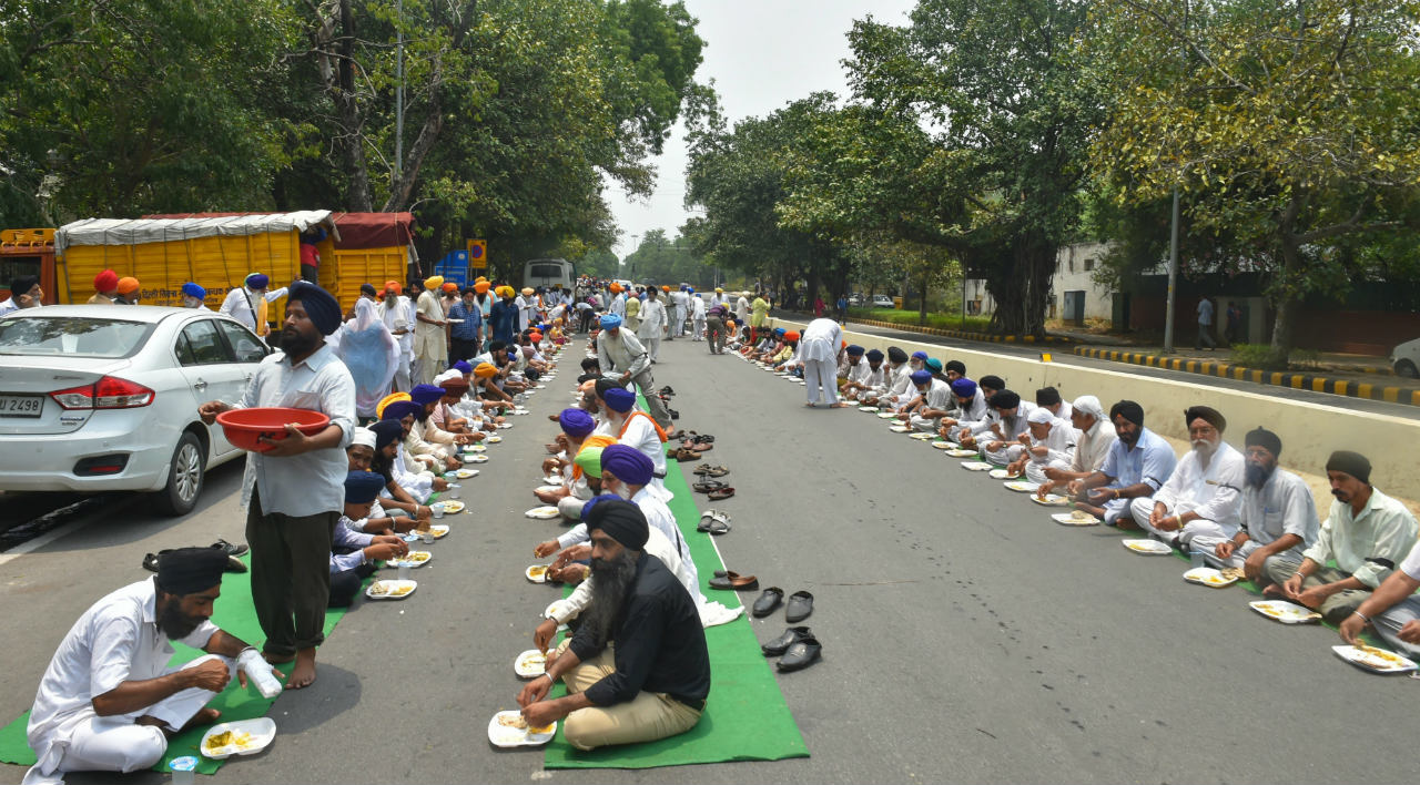 Members of Delhi Sikh Gurdwara Management Committee (DSGMC) eat langar after the protest march over the killing of Afghan Sikhs and Hindus community members in a terror attack on July 01, 2018 in Jalalabad, Afghanistan, in New Delhi. (Image: PTI)
