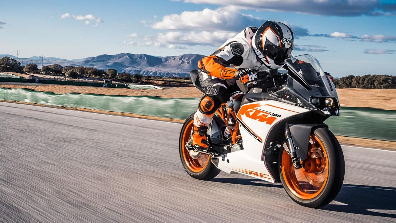 KTM RC 200 | The RC 200 is the more track focused version of the Duke. With minor changes in engine figures, it still holds on to the free-revving nature that does its best work at the top of the rev-band. With its short wheelbase, stiff suspension and grippy tyres, it is able slice through corners like a hot knife through butter. Power figures show 25 PS and 19 Nm of torque. Top speeds comes in at 140 km/h and retails at Rs 1.76 lakh (ex-showroom, Delhi). (Image source: KTM website)