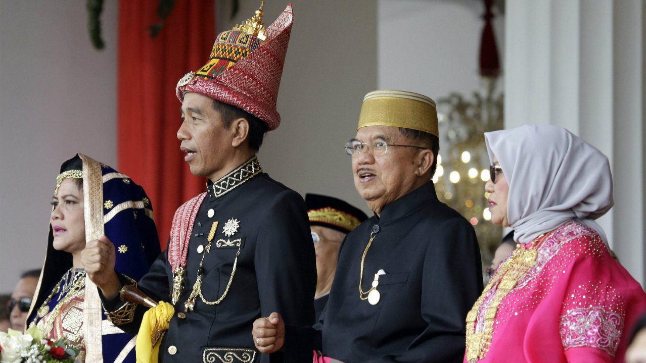 Indonesian President Joko Widodo, second from left, with his wife Iriana, left, his deputy Jusuf Kalla, second from right, and Kalla's wife Mufidah, right, sing during a ceremony held to commemorate the country's 73rd anniversary of independence at Merdeka Palace in Jakarta, Indonesia. (Image: PTI/AP)