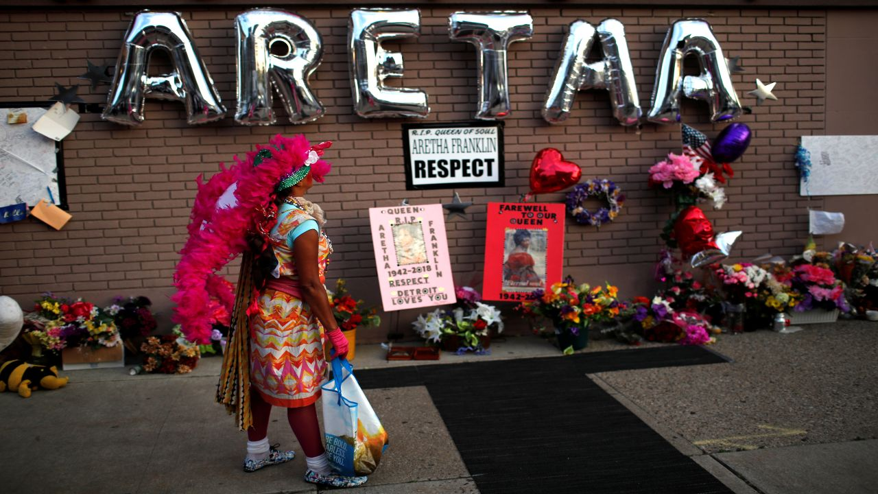 A woman stands by a makeshift memorial outside the New Bethel Baptist Church during a gospel tribute concert for the late singer Aretha Franklin in Detroit, Michigan. (Image Source: Reuters)