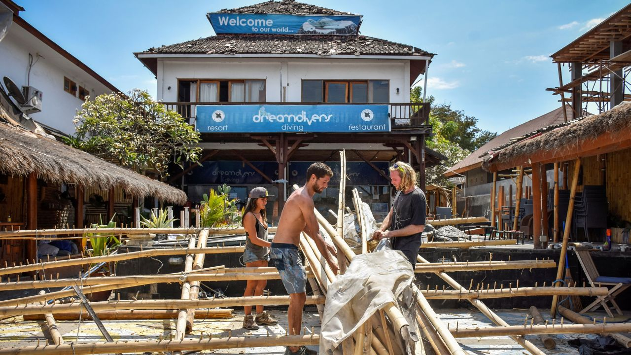 Foreigners clean up the damaged parts of their restaurant after Sunday's earthquake on Gili Trawangan Island, North Lombok, Indonesia. (Image Source: Reuters)