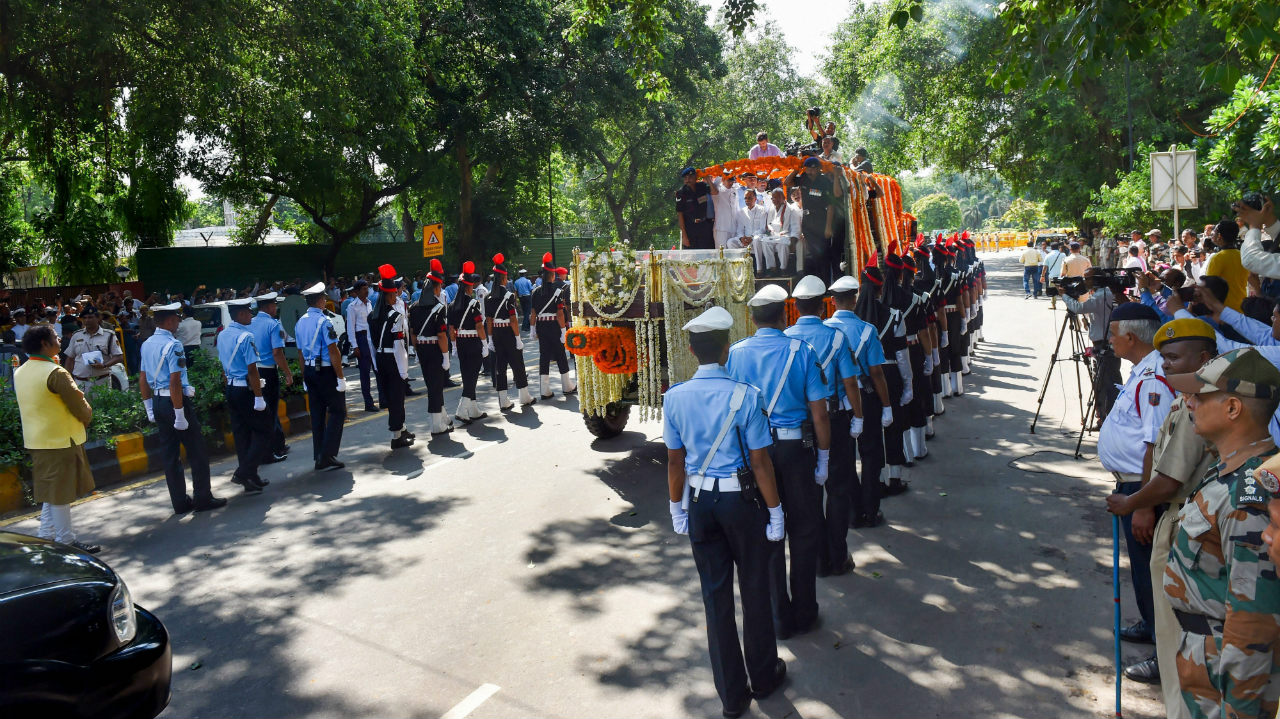 A convoy carrying the mortal remains of former prime minister Atal Bihari Vajpayee leaves from his Krishna Menon Marg residence towards BJP headquarters at Deen Dayal Upadhyay Marg for the last rites, in New Delhi. (Image: PTI)