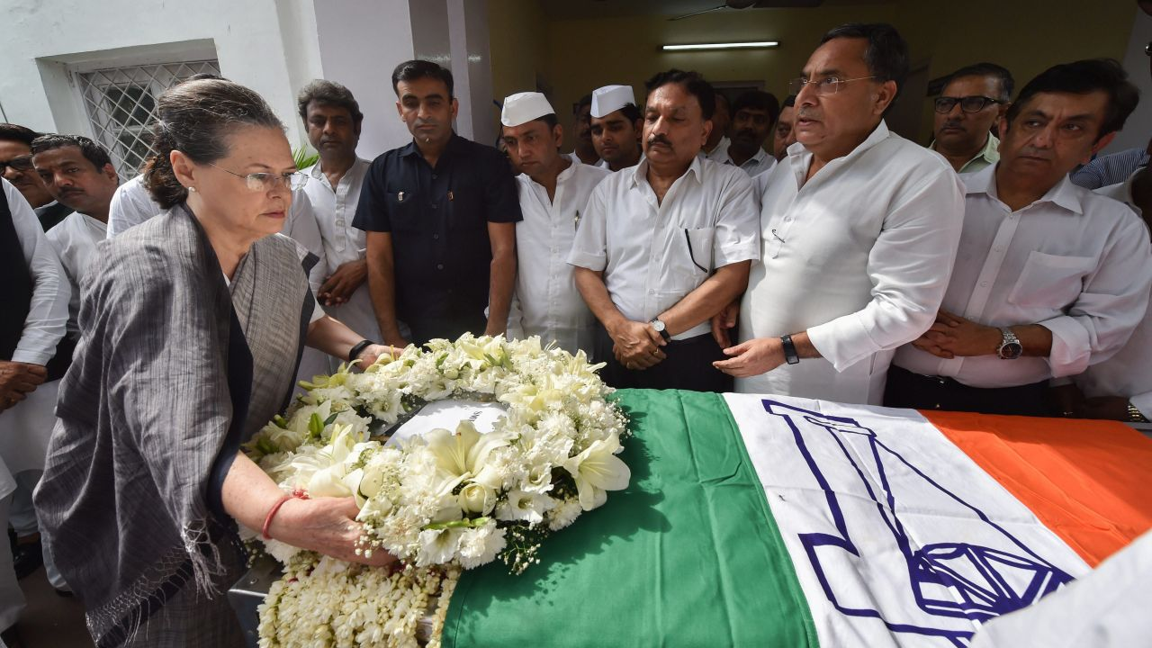 Former Congress president, Sonia Gandhi lays a wreath as she pays last respects to former union minister and general secretary, RK Dhawan, at AICC in New Delhi. (Image Source: PTI)