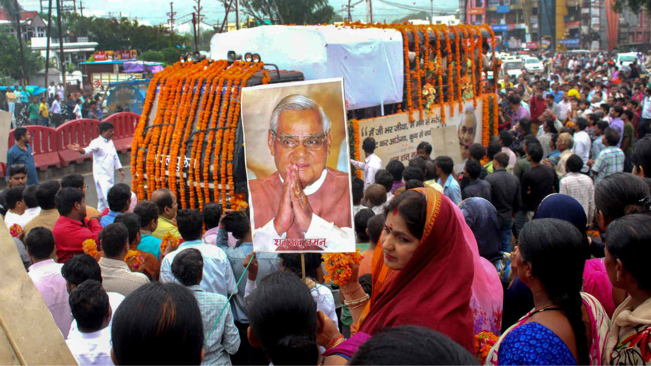 People pay tribute to former Prime Minister Atal Bihari Vajpayee as his ashes are brought to be immersed in River Narmada, in Bhopal. (Image: PTI)