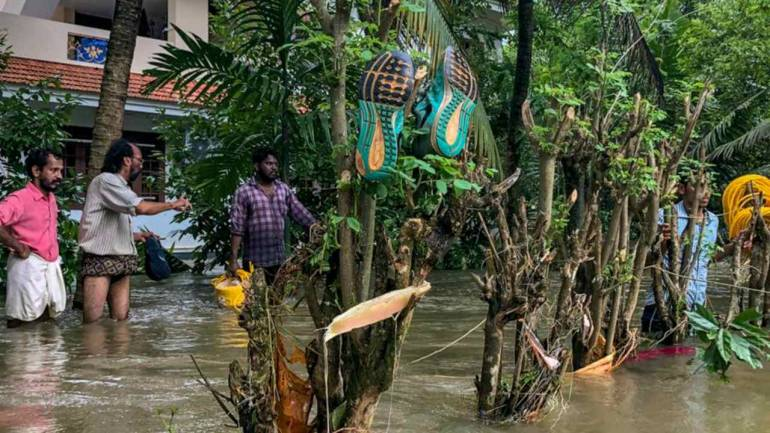 Kerala floods LIVE: State seeks Rs 2,600 cr special package from Centre as death toll nears 400