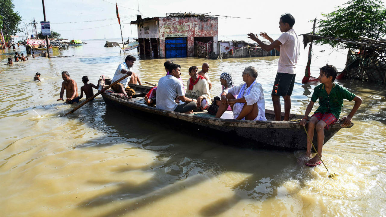 People move to safer places after the water level of river Ganga rose creating a flood-like situation at Daraganj, in Allahabad, Uttar Pradesh. (Image: PTI)