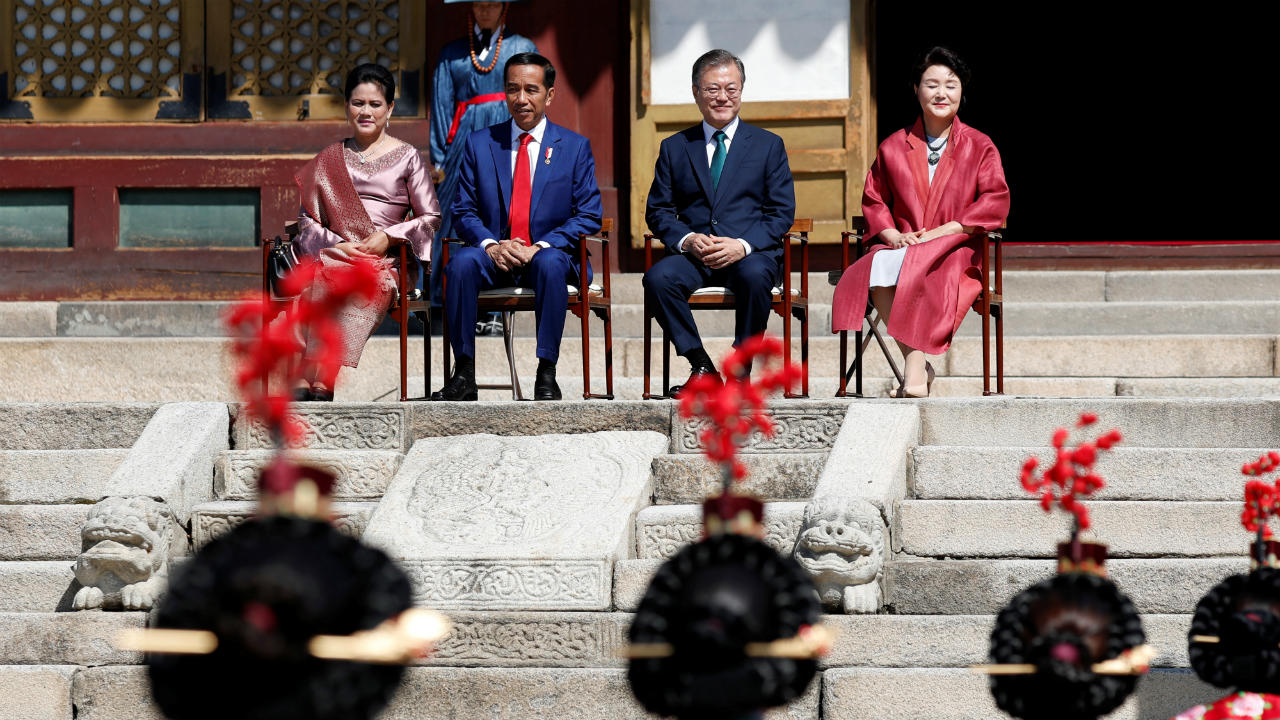 (Left to right) Indonesian first lady Iriana Joko Widodo, President Joko Widodo, South Korean President Moon Jae-in and first lady Kim Jung-sook, attend a welcoming ceremony at the Changdeokgung palace in Seoul, South Korea. (Image: Reuters)