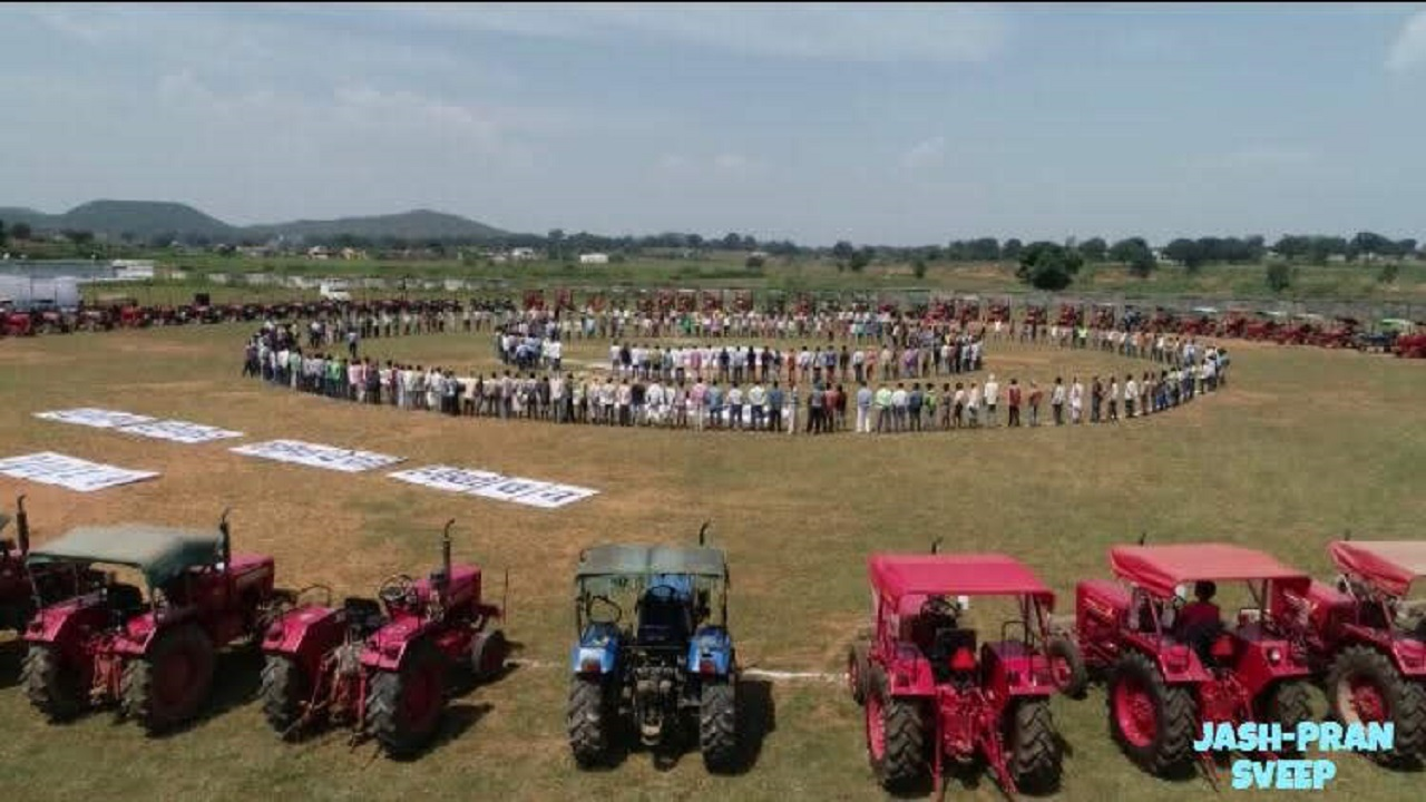 Farmers in Jashpur brought their tractors to a campaign called SVEEP Kisan Mitan and formed a human as well as a tractor circle.
