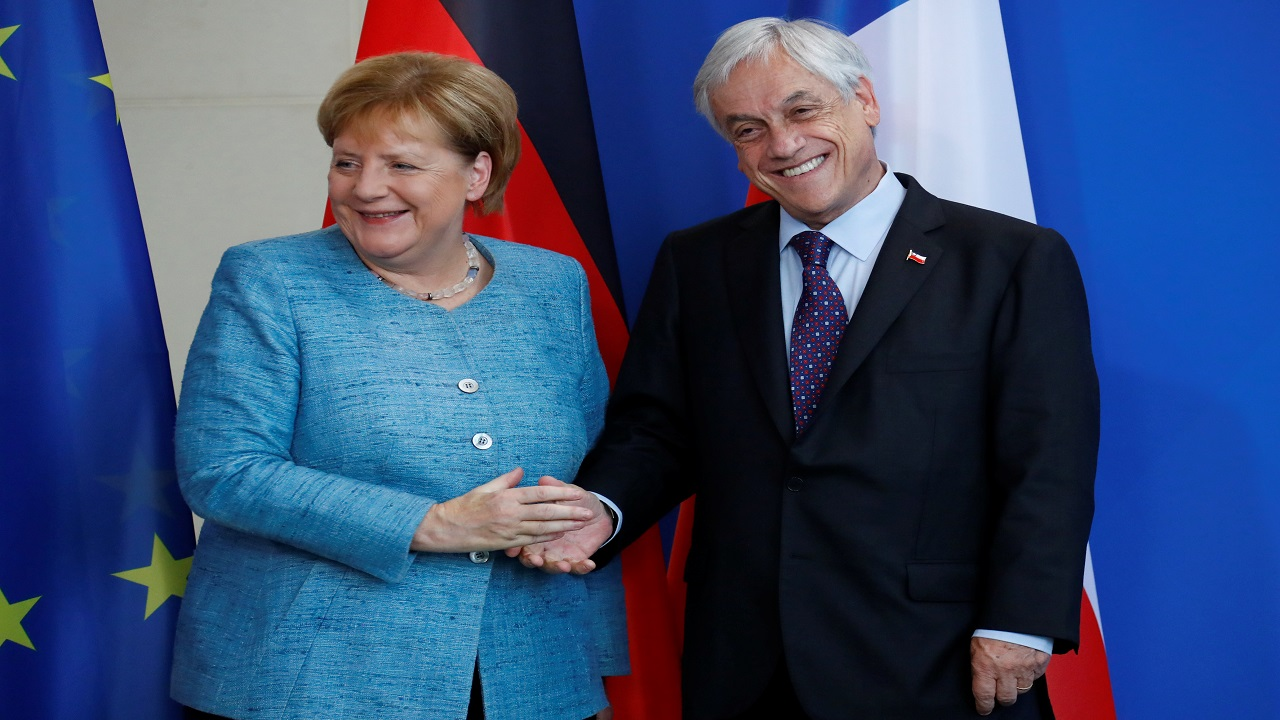 German Chancellor Angela Merkel and Chilean President Sebastian Pinera shake hands after a news conference in Berlin. (Image:Reuters)