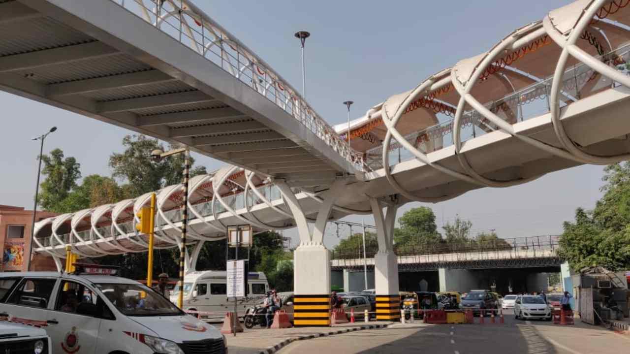 It connects Sikandra Road, Mathura Road, Tilak Marg, Bahadur Shah Zafar Marg and Pragati Maidan, ITO Metro stations and Supreme Court.
