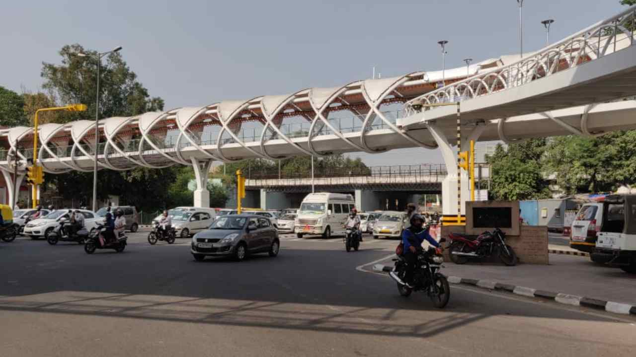 The skywalk is 400m long and 5m wide. The length of the loop and ramp is 130m and its width is 3m. The length of Foot Over Bridge (FOB) at Hans Bhawan is 54m and width is 5m. The FOB at Hans Bhawan has also been constructed for pedestrians.