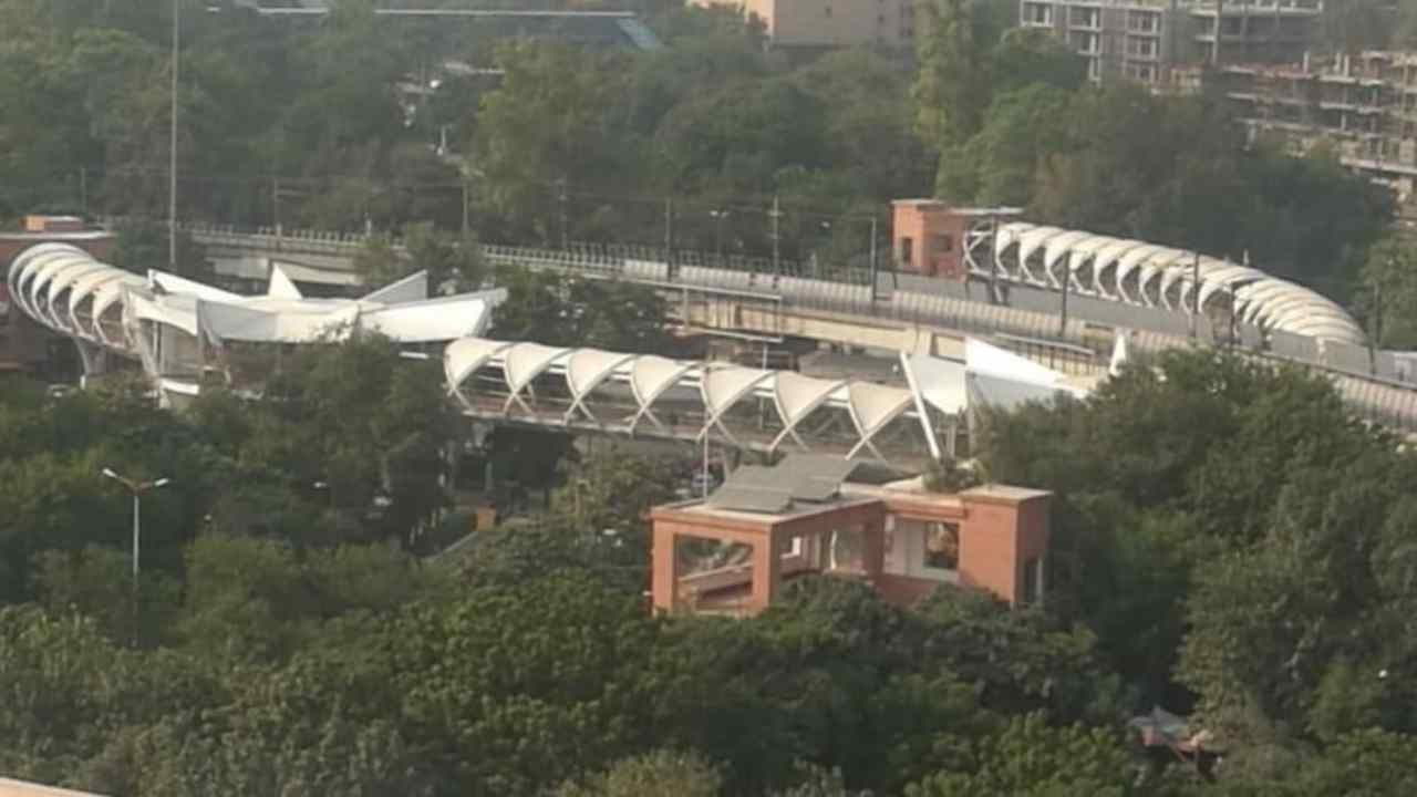 The ITO Crossing and 'W' Point junction are the two busiest crossings in Delhi. Approximately 30,000 pedestrians cross various roads around ITO Crossing and 'W' Point. There are over 25 major offices and other institutions located in this area.
