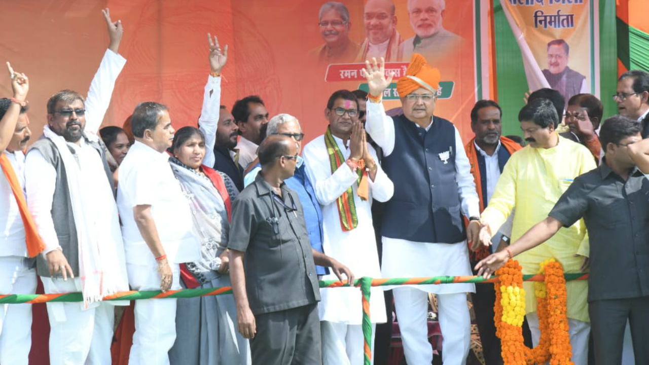 Chhattisgarh Chief Minister Raman Singh gestures to the crowd during a public meeting at Sanjari Balod on November 11 (Image: Twitter/@drramansingh)