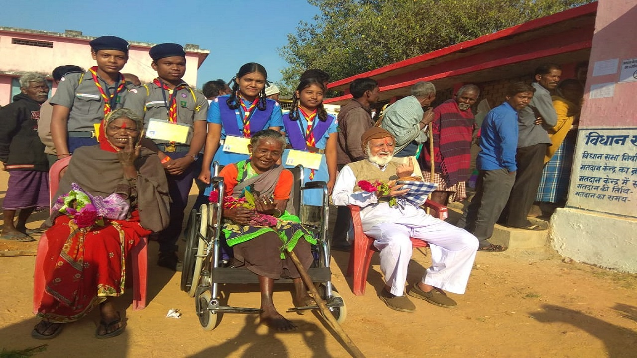 Scout guides helping the elderly voters during polling. (Image: PRO Jashpur)