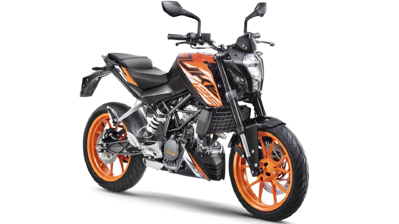 KTM 125 Duke | The baby Duke was available internationally for a long time and has only come to India in November. Selling at a price of Rs 1.18 lakh (ex-showroom), it may be the costliest bike in its segment but produces enough power to compete with the likes of the 150cc range. The KTM 125 Duke comes with a 124.7cc single cylinder producing 14.5 PS and 12 Nm of torque and is mated to a 6-speed gearbox. (Image source: KTM)