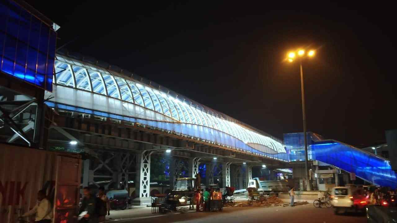 The Dakshineswar Skywalk in Kolkata is 380 meters long and 10.5 meters wide. It connects the Dakshineswar railway station to the Dakshineswar Kali Temple