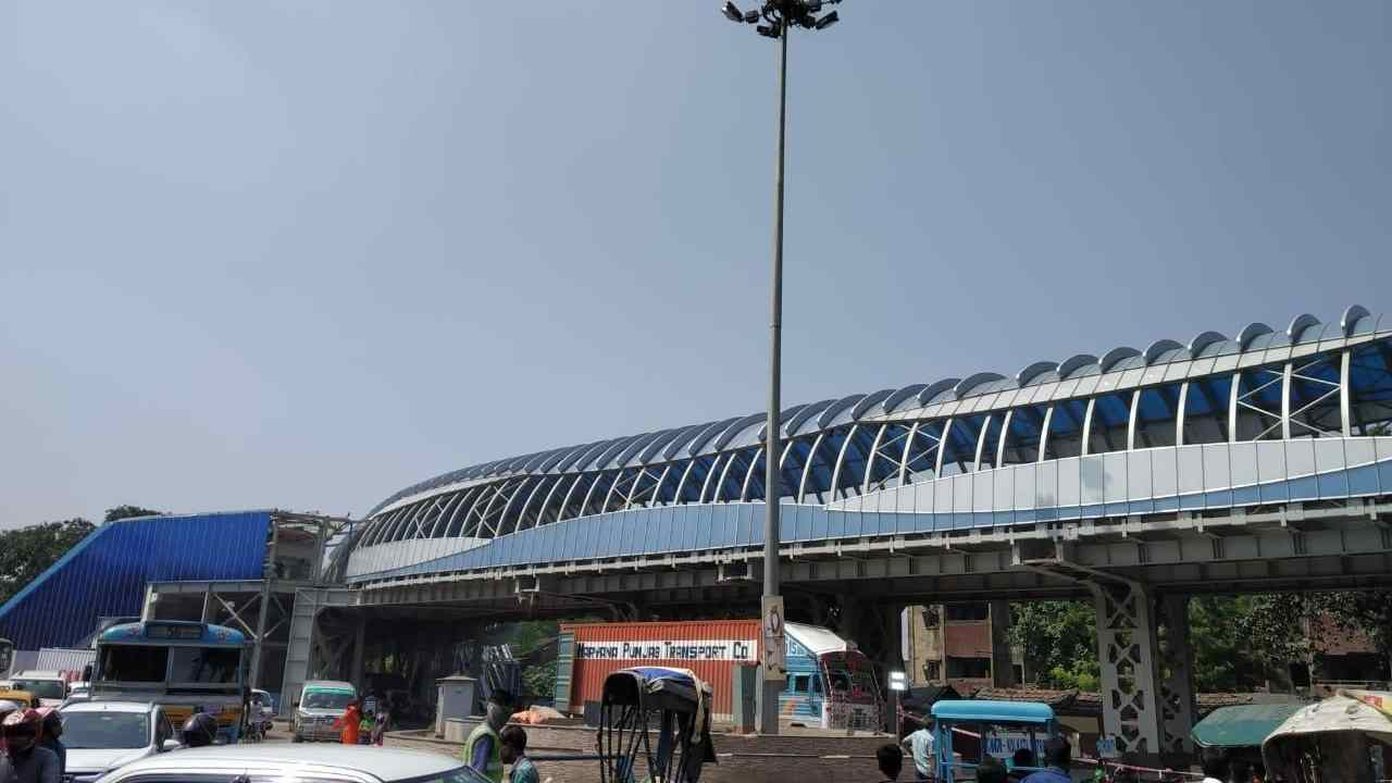 The skywalk integrates the walking concourse, shops, escalators and elevators with the railway footbridge, with separate lanes for motorised and non-motorised traffic