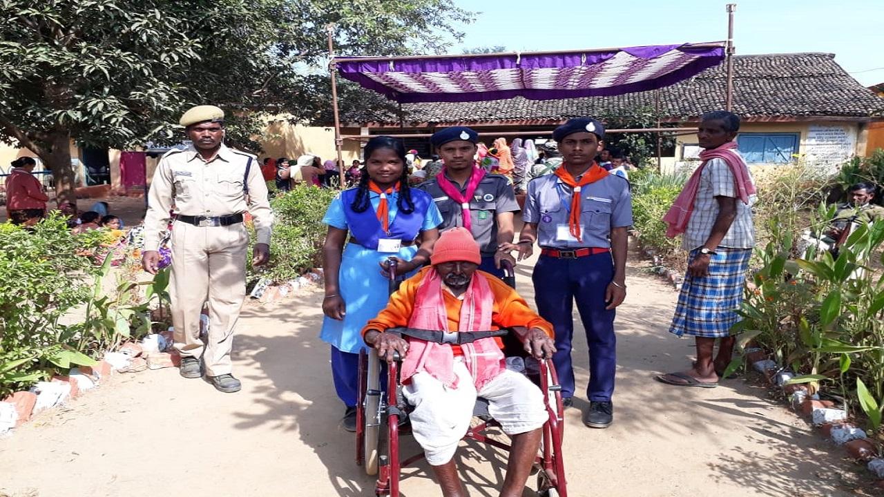 National Cadet Corps (NCC) volunteers seen helping elderly voters in Narayanpur, Chhattisgarh. (Image: CEO Chhattisgarh/Twitter).