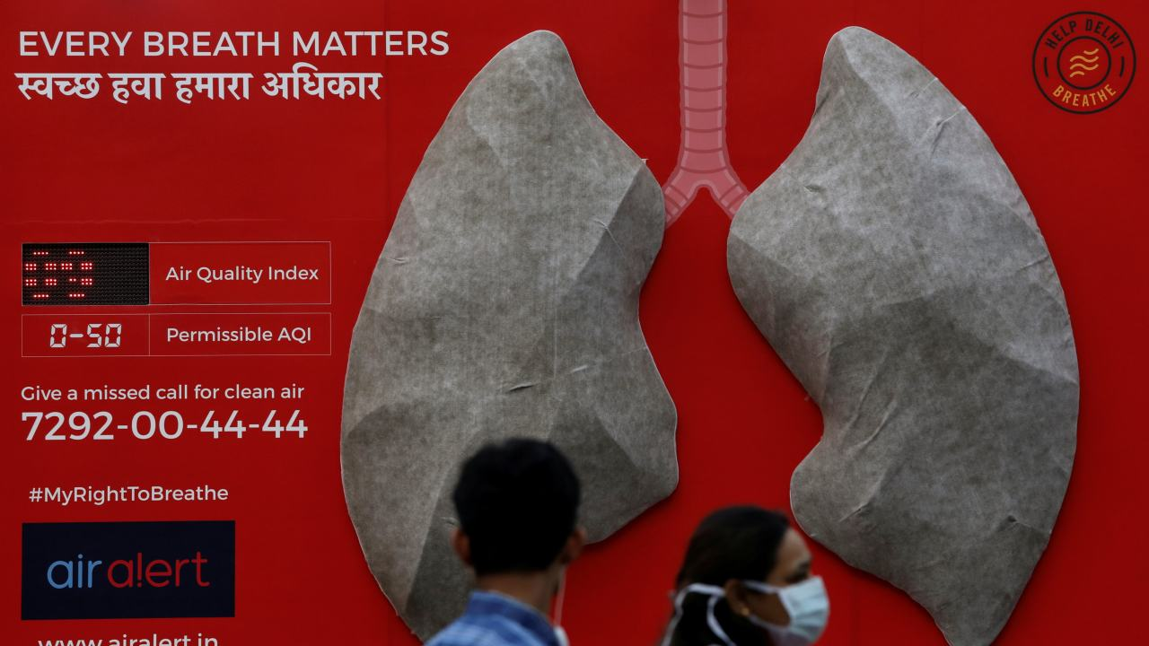 People pass by an installation of an artificial model of lungs to illustrate the effect of air pollution outside a hospital in New Delhi. (Image: Reuters)