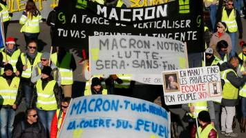 Thousands of 'yellow vests' hit French streets in fifth weekend of protests