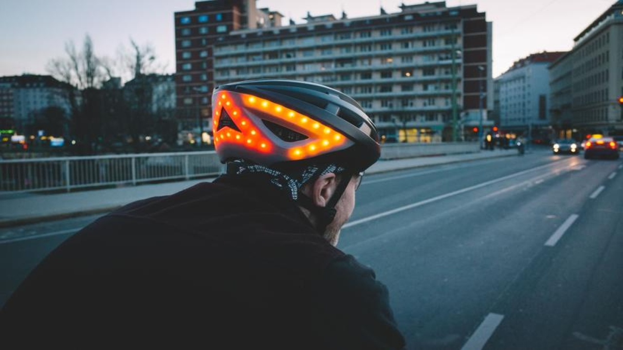 Lumos Kickstart Helmet | The illuminating helmet, designed to make cycling safer and smarter, consists of 10 White LEDs as headlight, 16 Red LEDs which act as taillights along with 11 yellow LEDs on both sides of the helmet which act as turn signals. Additionally, the helmet is equipped with automatic warning lights that shine while braking. The cyclist can control the lights either with the remote or make gestures wearing an Apple Watch which is connected to the helmet via Bluetooth (version 4.2). (Image: Lumos)