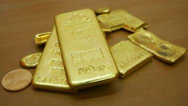Gold prices hold at 10-month highs; markets await Fed minutes