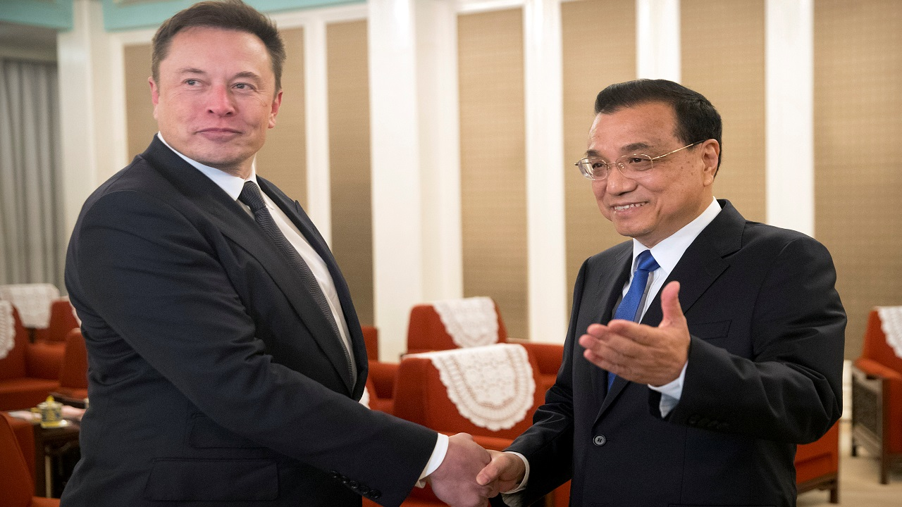 Tesla CEO Elon Musk shakes hands with Chinese Premier Li Keqiang as he arrives for a meeting at the Zhongnanhai leadership compound in Beijing. (Image: Reuters)