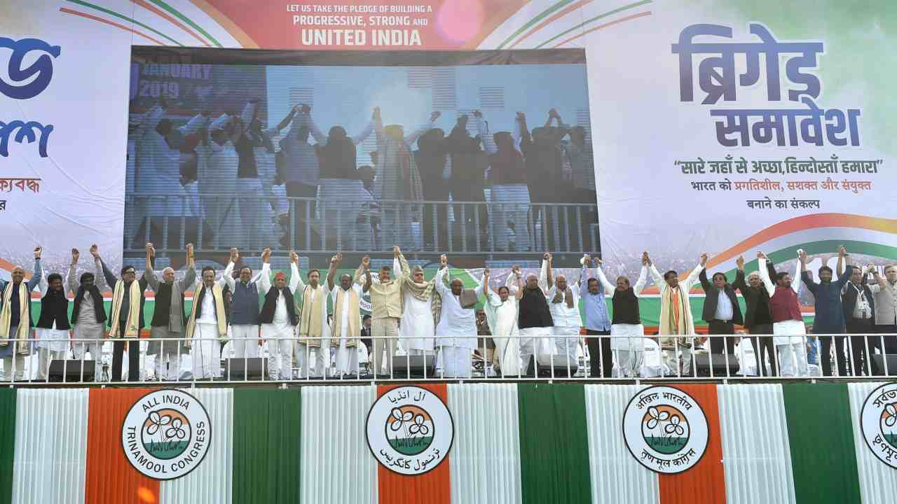 Mamata Banerjee, JDS leader HD Kumaraswamy, Samajwadi Party President Akhilesh Yadav, Delhi Chief Minister Arvind Kejriwal, BSP General Secretary Satish Chandra Mishra, National Conference President Farooq Abdullah and other opposition leaders join hands together during TMC's mega rally Brigade Samavesh. (Image: PTI)