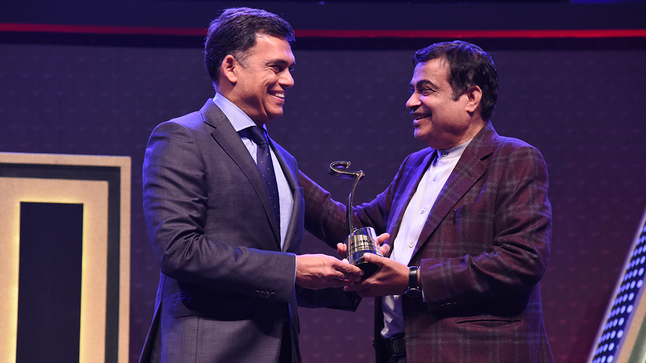 Union Minister Nitin Gadkari hands over the award to Sajjan Jindal