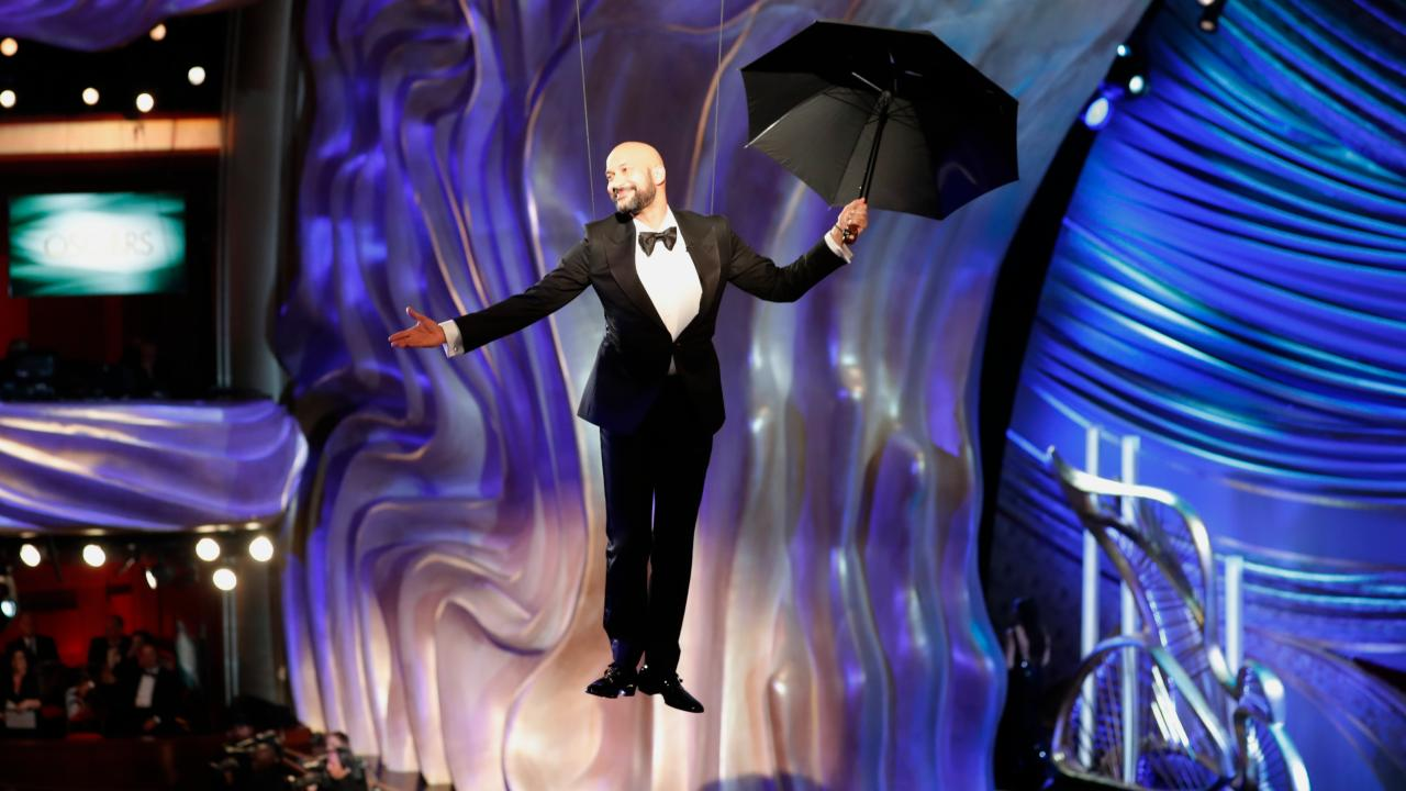 Keegan Michael Key drops down to announce the Mary Poppins performance. (Image: Reuters)
