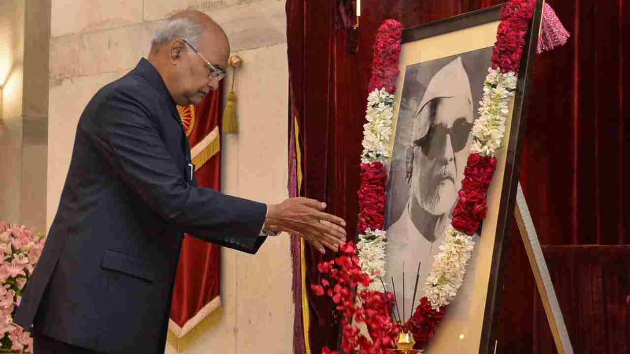 President Ram Nath Kovind, pays floral tribute to former President Dr Zakir Hussain on the occasion of his birth anniversary at Rashtrapati Bhavan, in New Delhi. (Image: PTI)
