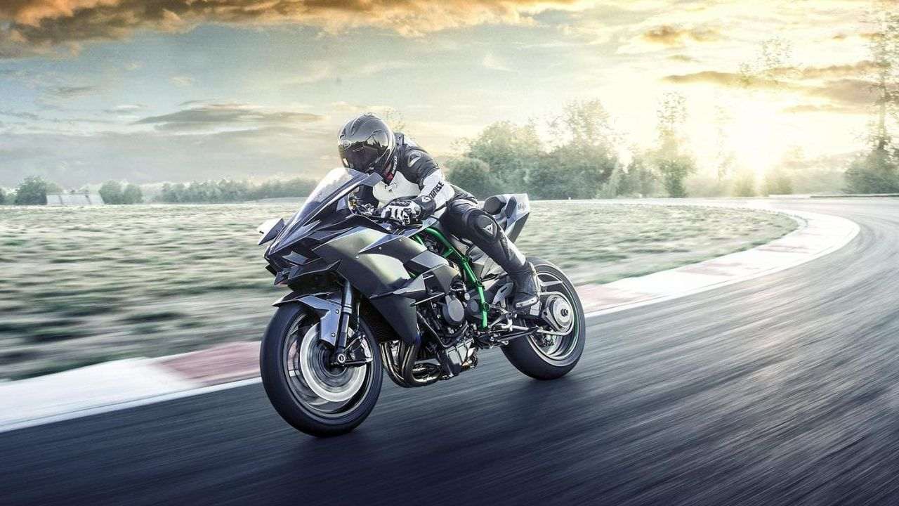 To keep all of this power in check, the superbike comes loaded with electronic assists and rider aides including Kawasaki Launch Control Mode, Kawasaki Traction Control, Kawasaki Engine Brake Control and Kawasaki Cornering Management Function among others. It also includes the Kawasaki Quick Shifter to bang through gears without the use of the clutch. (Image source: Kawasaki)