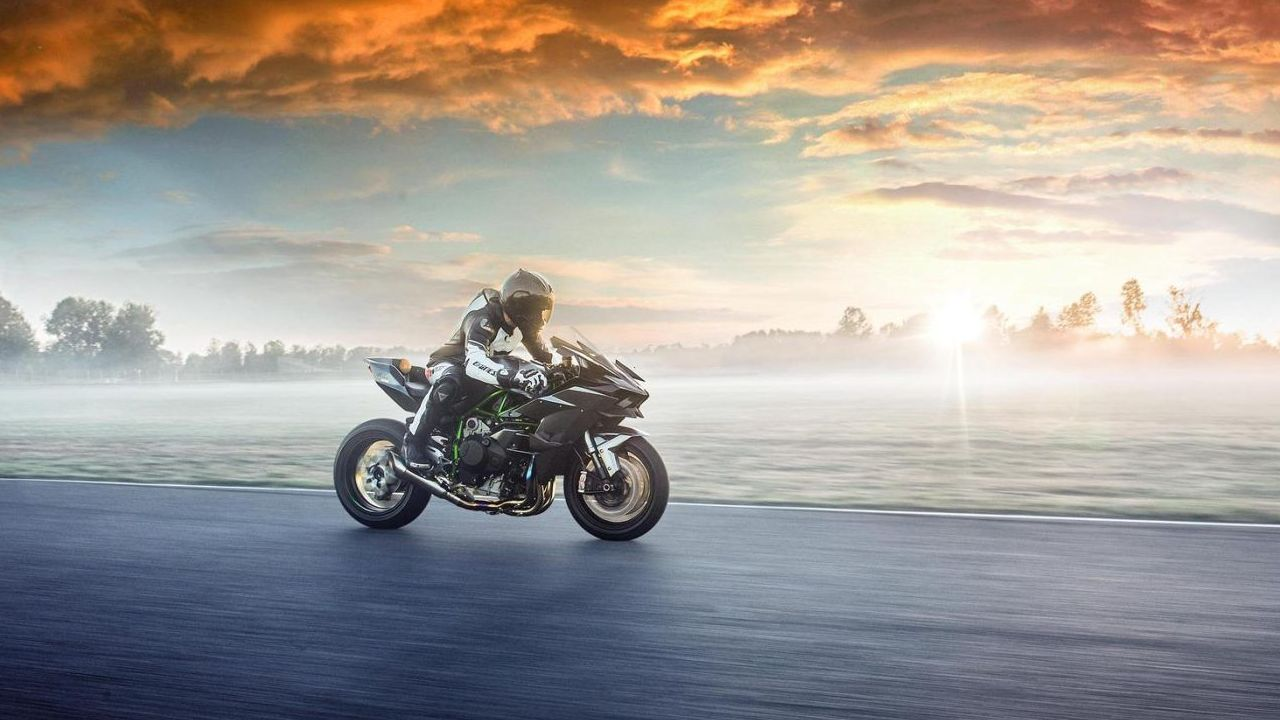 Transmission comes a 6-speed manual gearbox and suspension by fully adjustable KYB AOS-II racing forks up front and an Ohlins TTX36 rear monoshock. Braking is handled by radially mounted Brembo sourced disc brakes at the front and a single disc at the back. (Image source: Kawasaki)
