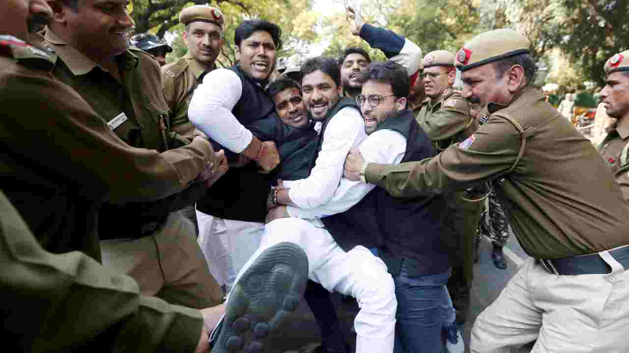 Police officers detain activists of the Delhi Pradesh Youth Congress during a protest demanding resignations of India's Prime Minister, Narendra Modi, and Defence Minister, Nirmala Sitharaman, over allegations of corruption in a Rafale fighter planes deal with France, in New Delhi. (Image: Reuters)