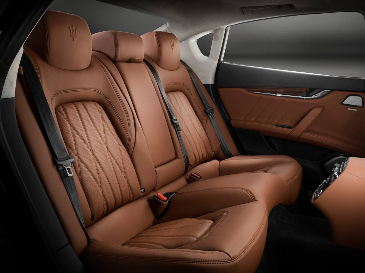 The 2019 version of the Quattroporte gets new colours, wheel designs and interior veneers, redesigned gearshift lever and Pieno Fiore natural leather interiors.