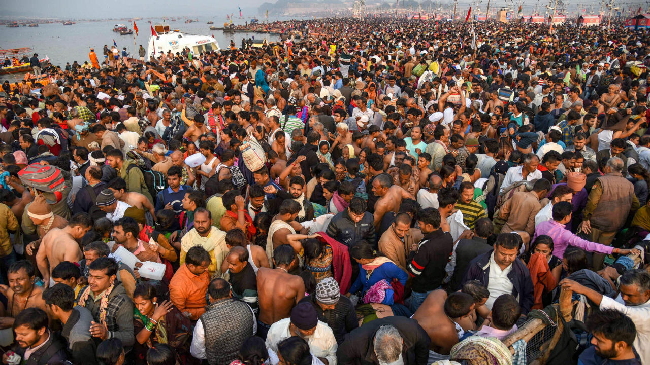 Devotees gather to take a holy dip on the occasion of 'Maha Shivaratri' festival during the ongoing Kumbh Mela, in Prayagraj (Allahabad), Monday, March 4, 2019. (Image: PTI)