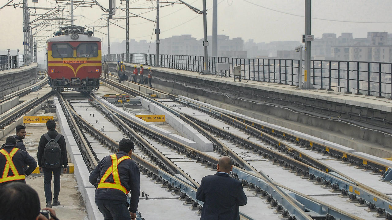 Officials carry out the final security check on DMRC's Noida City Center - Noida Sector 63 (Electronic City) corridor, ahead of its inauguration, in Noida, Uttar Pradesh. (Image: PTI)