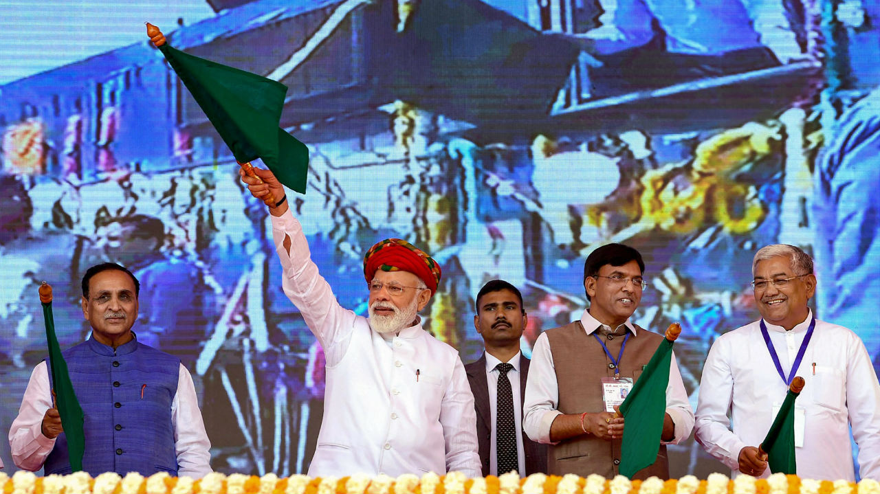 Prime Minister Narendra Modi inaugurates the various development projects, in Jamnagar, Gujarat. Chief Minister of Gujarat Vijay Rupani and the Minister of State for Road Transport & Highways, Shipping and Chemicals & Fertilizers, Mansukh L Mandaviya are also seen. (Image: PIB/PTI)