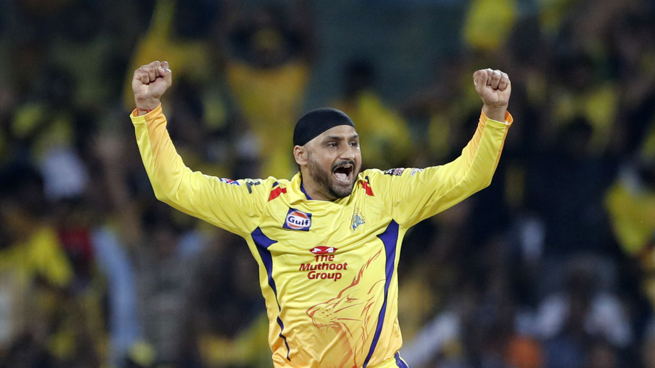 Harbhajan Singh got CSK to a superb start as he picked up the wickets of Virat Kohli and Moeen Ali inside first 6 overs. Kohli got out on 6 trying to play a big shot but managing to hole the ball straight down Ravindra Jadeja's throat at mid-wicket. Ali played the ball straight back to Singh in the 6th over. RCB were 28/2 when Ali walked back. (Image: AP)