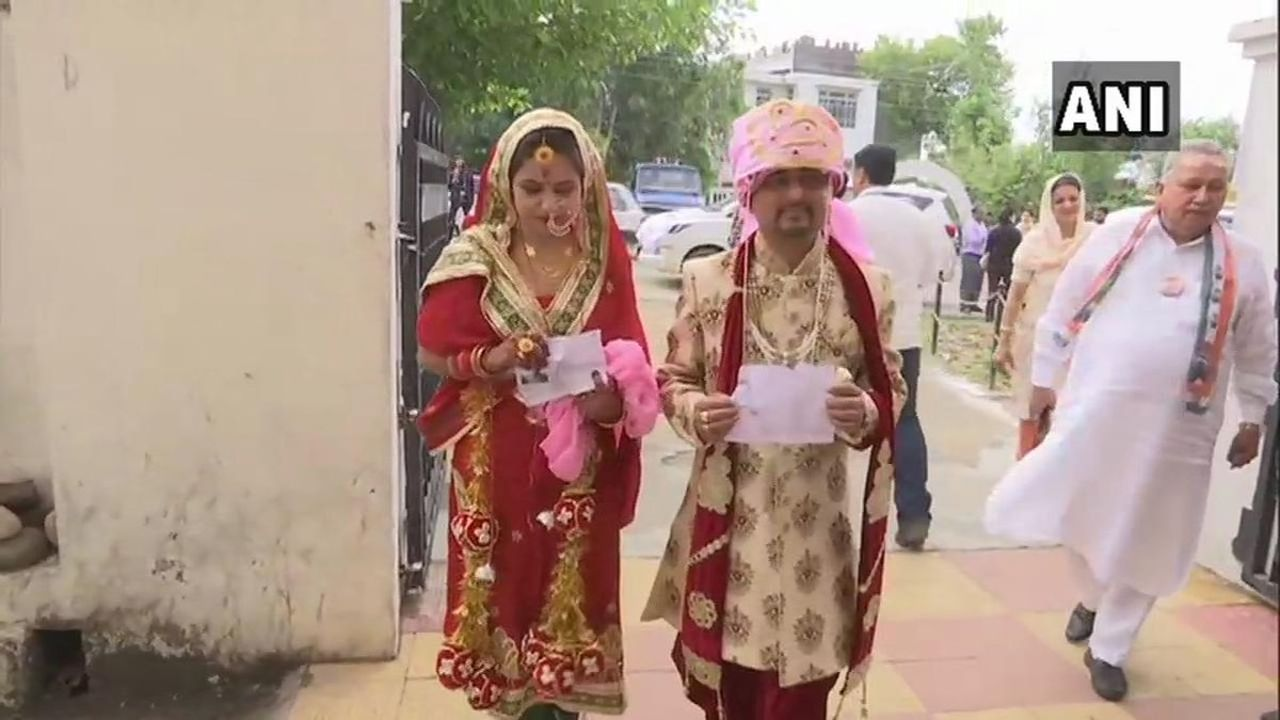 A newly married couple arrive at a polling station in Jammu and Kashmir's Udhampur to cast their votes. (Image: Twitter/@ANI)