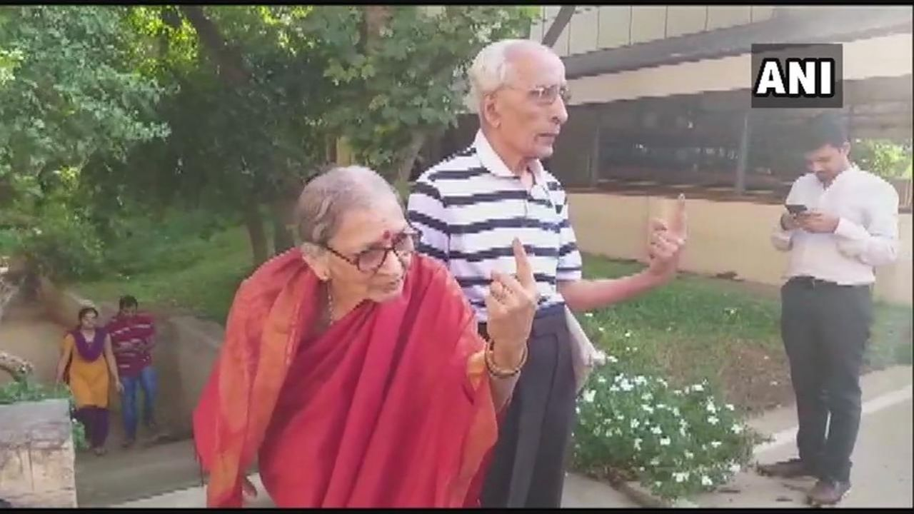 A senior citizen couple, 91-year-old Shrinivas and 84-year-old Manjula, cast their votes at a polling booth in Jayanagar of Bangalore South Parliamentary constituency, Karnataka. (Image: Twitter/@ANI)