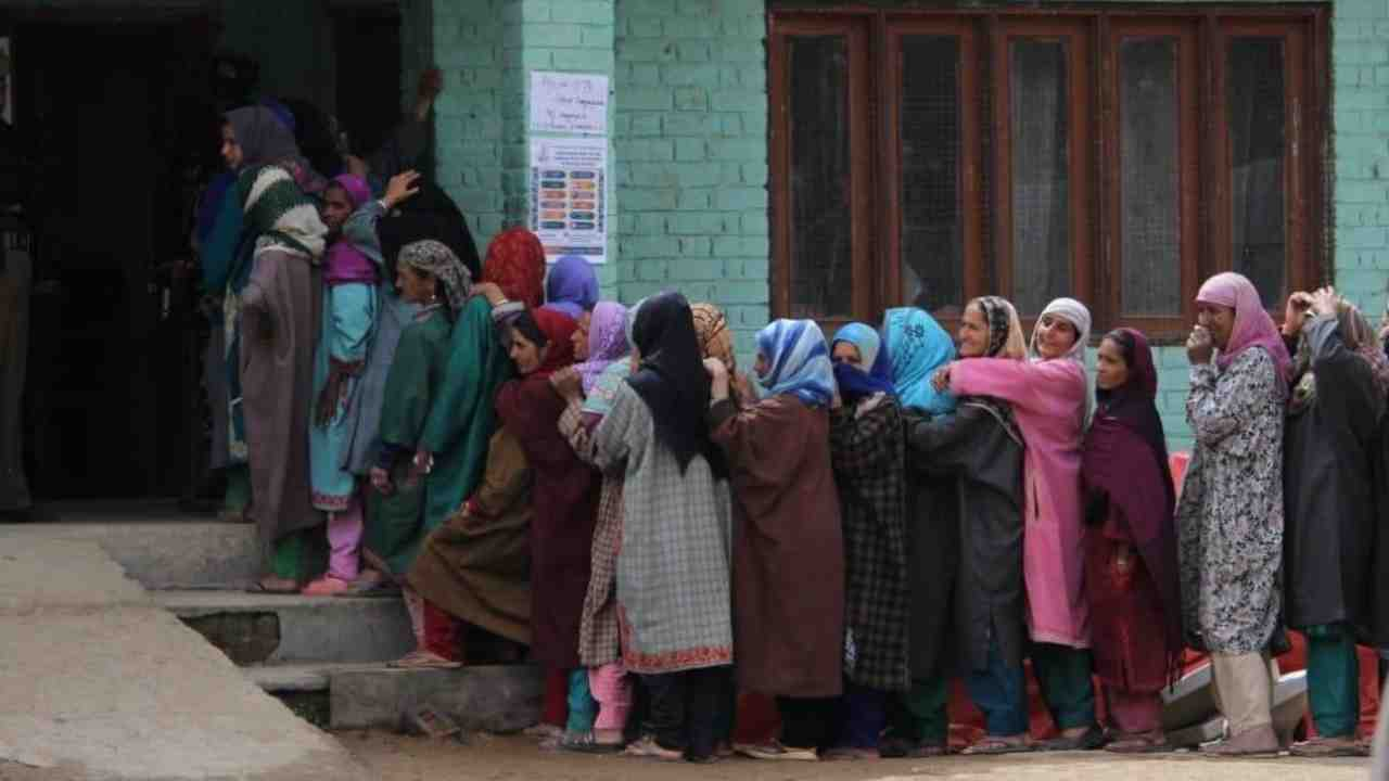 Enthusiastic women voters queue outside a polling booth in Baramulla, Jammu and Kashmir. (Image: Twitter/@SpokespersonECI)