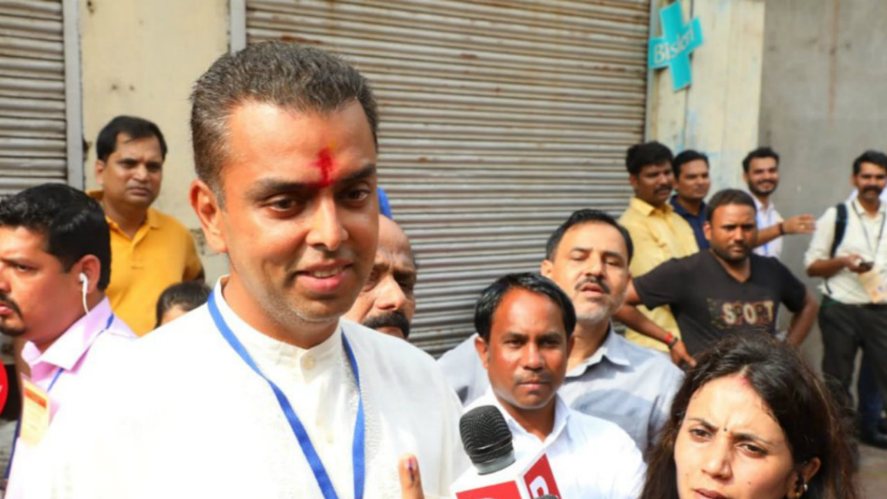 Mumbai Congress chief and candidate for Mumbai South Lok Sabha constituency Milind Deora after casting his vote. (Image: Twitter/@milinddeora)