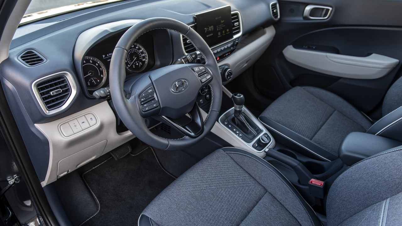 The steering features mounted audio controls, bluetooth hands-free phone system. It also has tilt and telescopic adjustments. It can be optionally leather-wrapped as well. (Image source: Hyundai)
