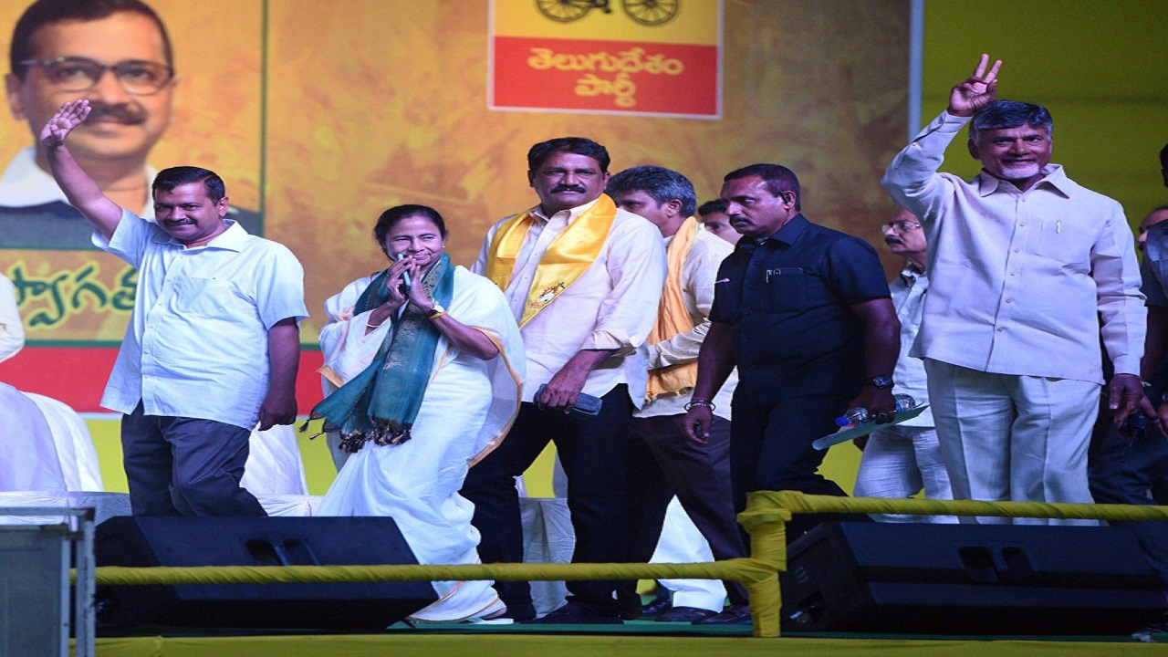 Opposition leaders Mamata Banerjee, Arvind Kejriwal and Chandrababu Naidu at Visakhapatnam during a rally. (Image: TMC, Twitter)