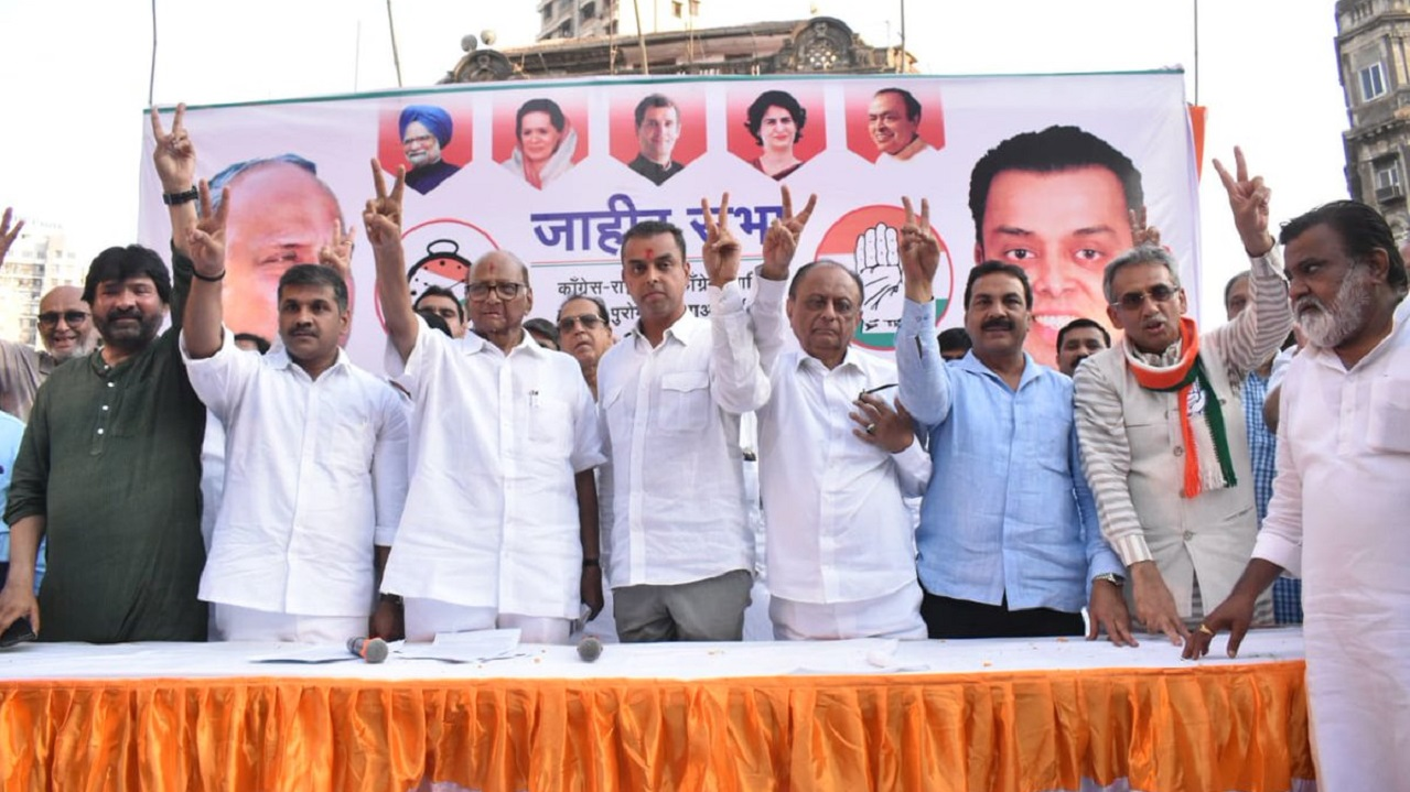 NCP chief Sharad Pawar and Congress leader and Mumbai South candidate Milind Deora during a rally in Mumbai. (Image: Twitter)