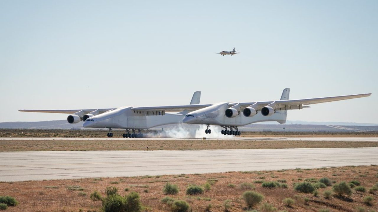 A gigantic six-engine aircraft, with the largest wingspan in the world, took its first test flight on April 13 over the Mojave Desert in California, US. The aircraft belongs to Stratolaunch Systems. (Image: Stratolaunch website)