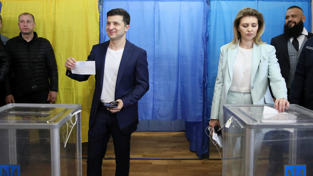 Ukrainian presidential candidate Volodymyr Zelenskiy and his wife Olena hold ballots as they visit a polling station during the second round of a presidential election in Kiev, Ukraine. (Image: Reuters)