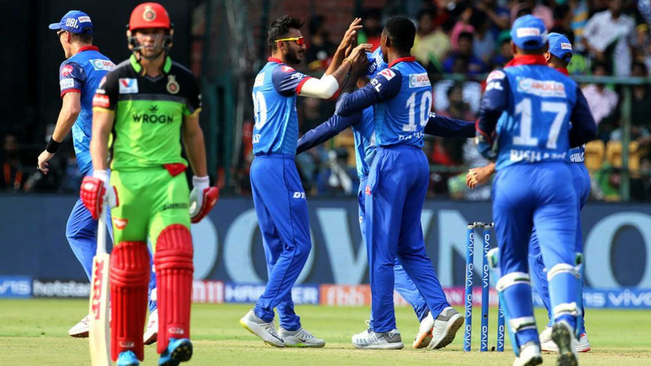 RCB's innings didn't get off to a great start as they lost both Parthiv Patel and AB de Villiers inside the first 6 overs. Parthiv was caught out at third man in just the 2nd over of the game and de Villiers became Kagiso Rabada's first victim of the night when he was caught out at mid-on in the 6th over. RCB were reduced to 40/2. (Image: BCCI, iplt20.com)